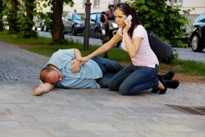 Первая помощь при стенокардии-вызвать карету скорой помощи